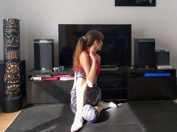 Web card yoga torsi%c3%b3n sentado 1